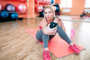 donna-dell-atleta-che-prende-selfie-alla-palestra-77258704